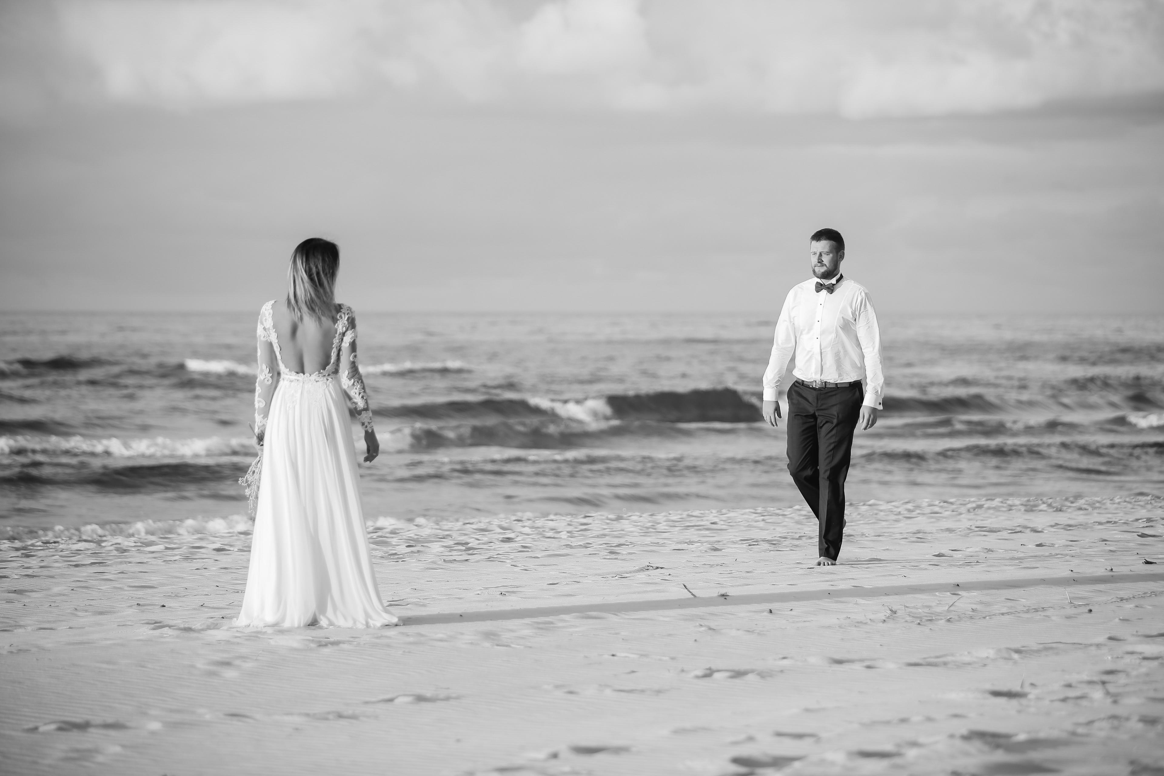 para młoda na plaży w łebie
