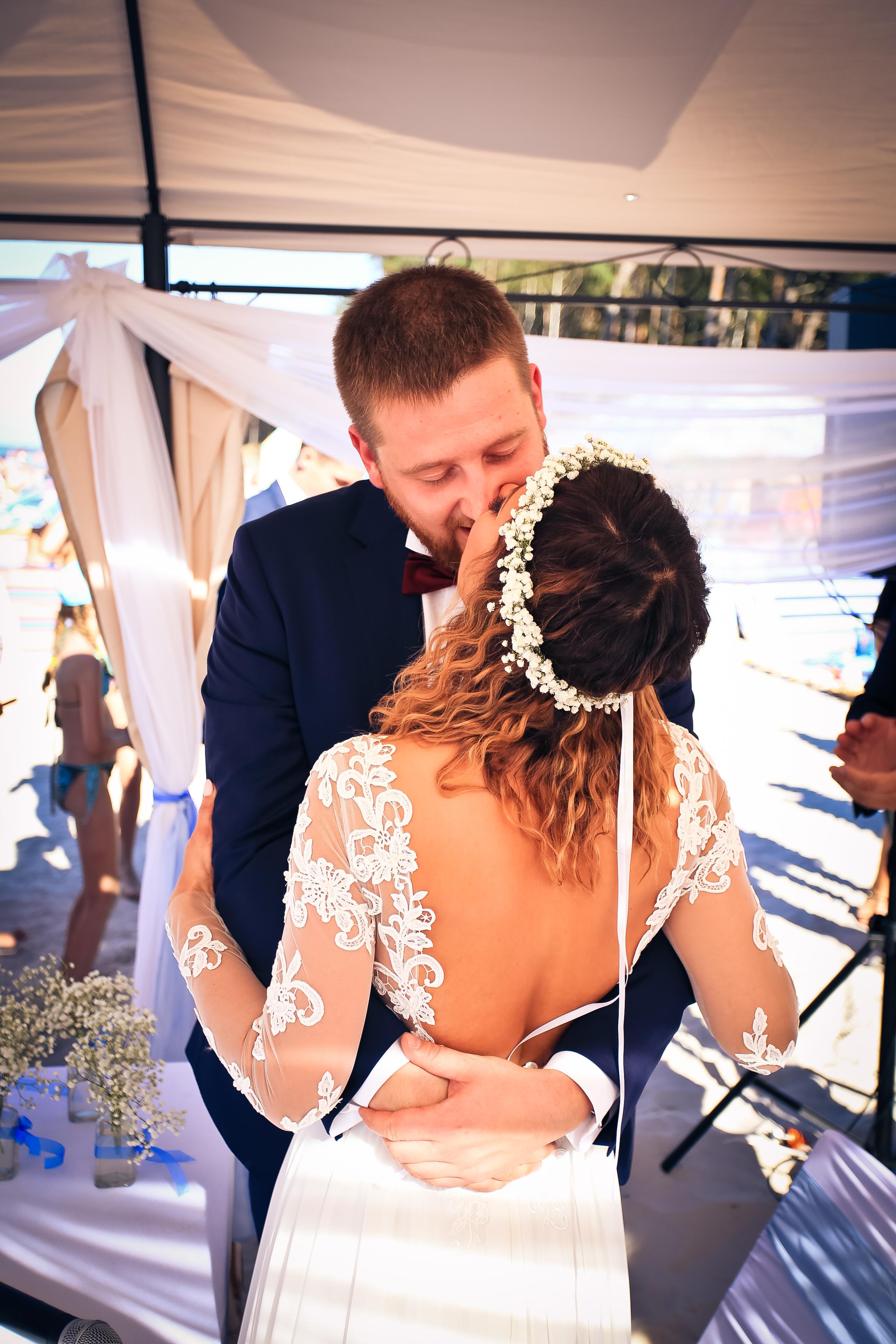 pocałunek ślubny na plaży